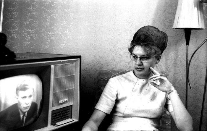Примено так выглядила популярная прическа бабетта. Для ее сохранения использовали новшество 60-х - капроновую сетку