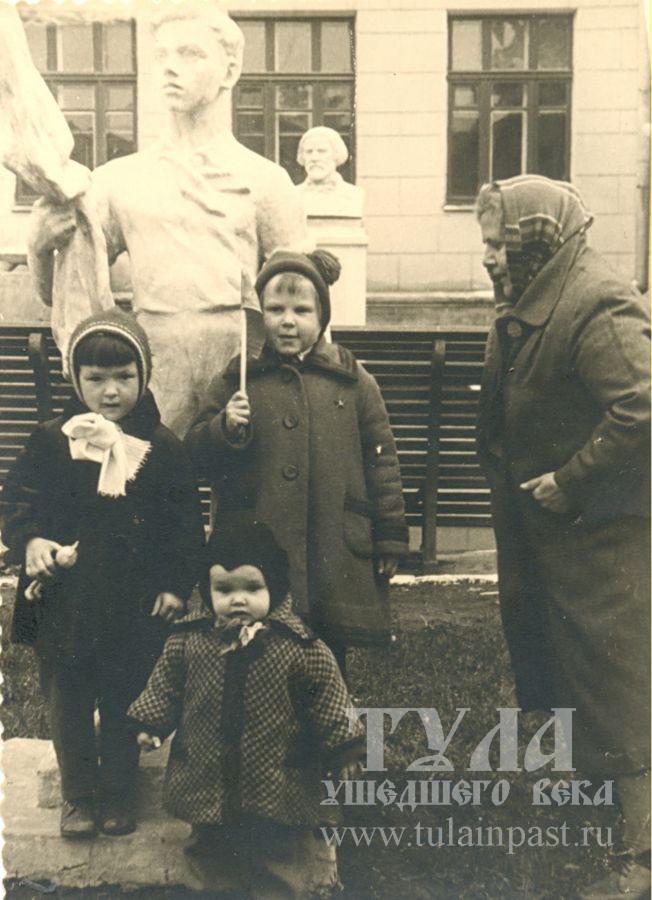 1961 год. Дети около музыкальной школы (пр. Ленина, 95-а)