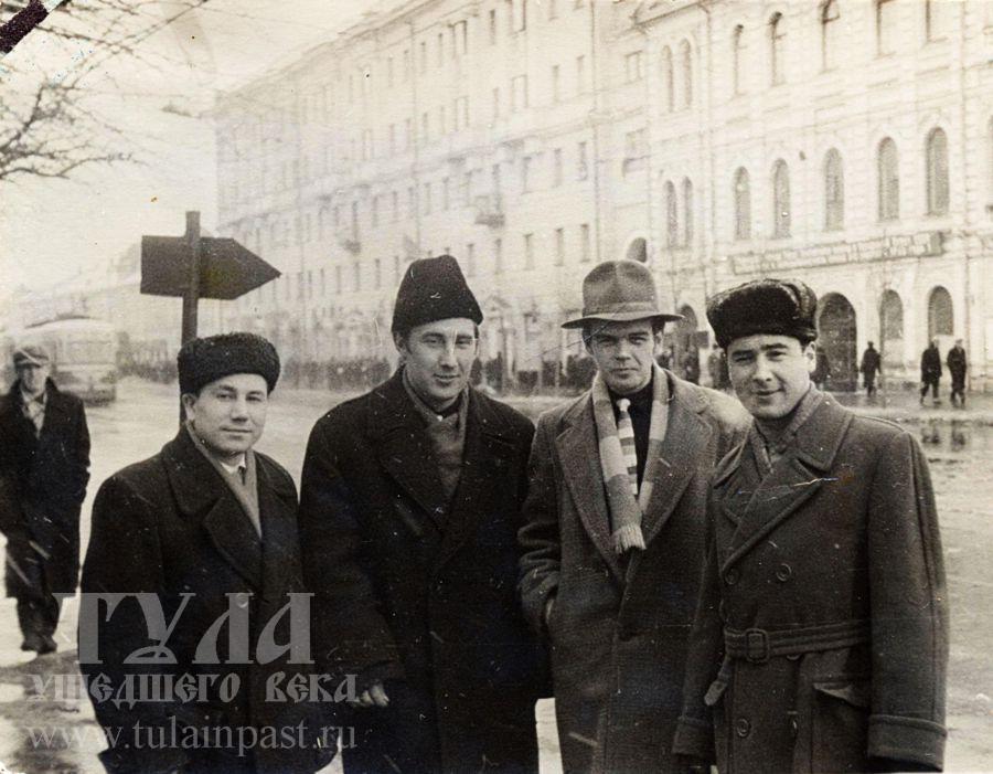 1962 год. Мужские головные уборы 60-х во всем разнообразии.