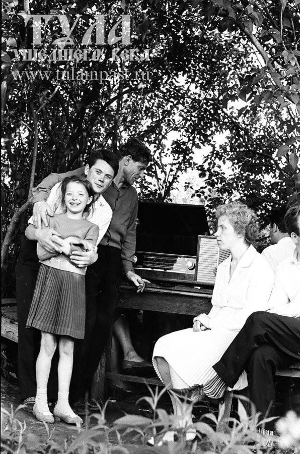 1965 год. Туляки на пикнике с радиолой. Фото В. Куракова