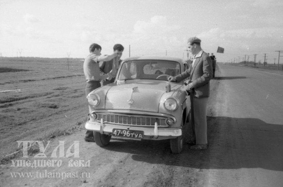 Король автодорог начала 1960-х - Москвич 407 на Орловском шоссе под Тулой. Фото В. Троицкого