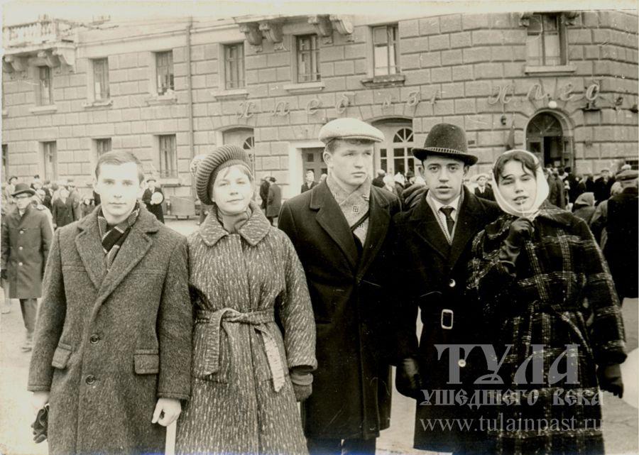 1967 год. Студенты на Первомайской. На заднем плане - хлебный магазин Нива.