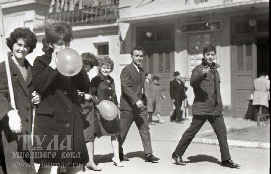 Начало 1960-х. Первомайская демонстрация. Ул. Коминтерна. Фото В. Троицкого
