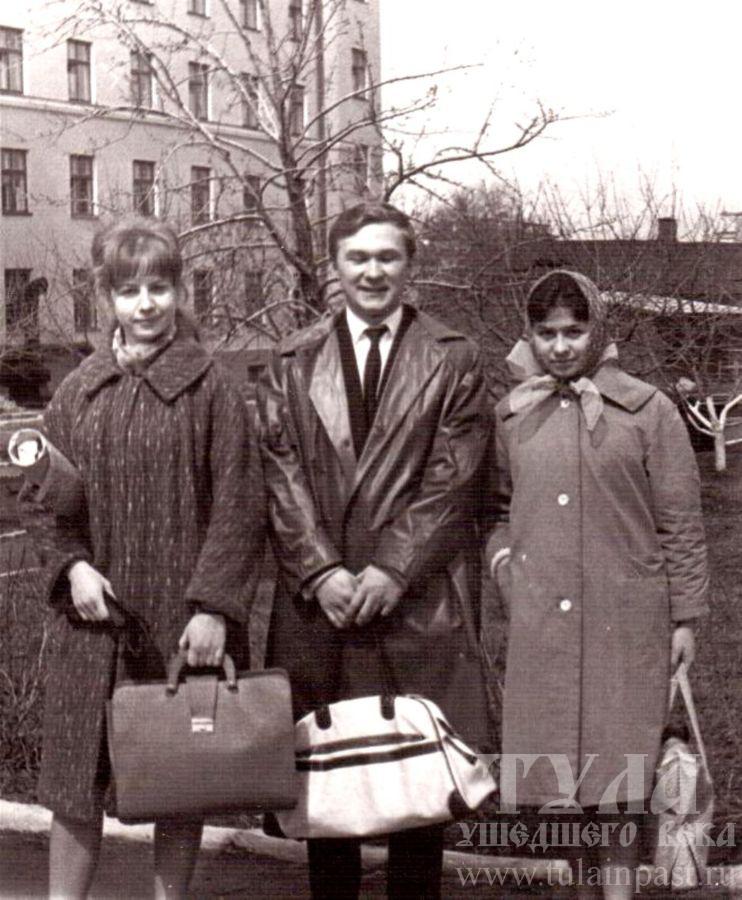 Середина 1960-х. Тульские студенты с модными сумками