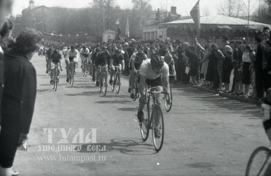 Начало 1960-х. Велогонка на ул. Первомайской. Фото В. Троицкого