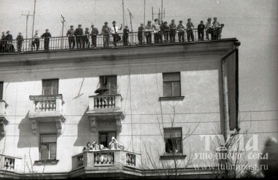 Зрители наблюдают за велогонкой с крыши дома №22 по ул. Первомайской. Фото В. Троицкого