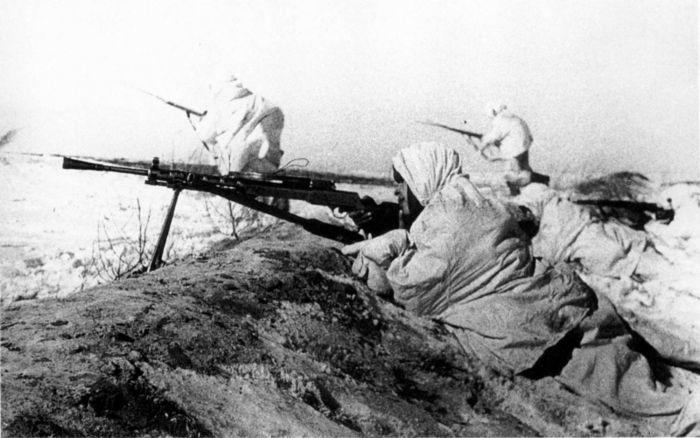 Пулеметчик прикрывает наступление советской пехоты под Тулой